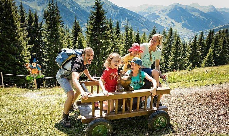 Familie auf einem Bollerwagen