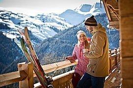 Gäste auf der Terrasse einer Almhütte