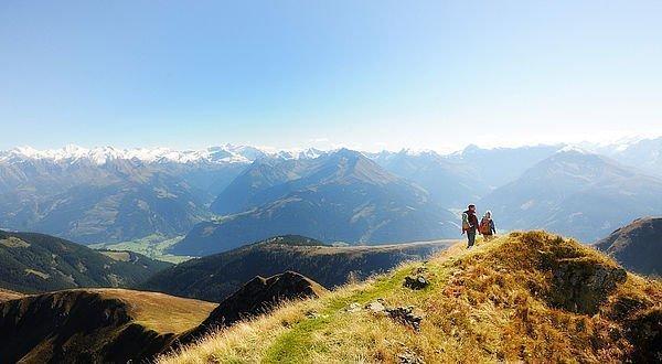 Wanderer mit Blick auf die Berge