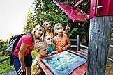 Kinder zeigen auf eine Wanderkarte