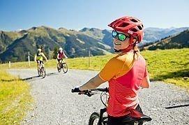 Frau beim Mountainbiken