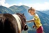 Mädchen mit einem Pony