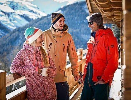 Freunde auf der Hütten-Terrasse
